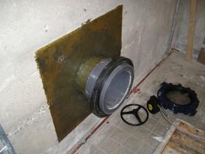 PVC polyester aansluiting op een beton wand