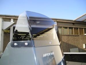 acrylaat ruit gebogen en op maat gezaagd voor een speedboot